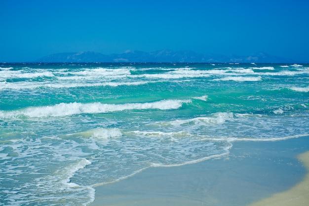 Fale na pięknym niebieskim morzu egejskim