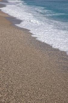 Fale na plaży po deszczu