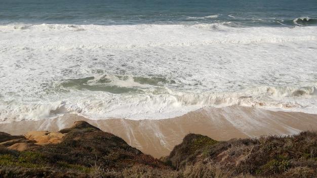 Fale oceanu i skały, kalifornia, usa. 17 mil jazdy w pobliżu big sur. bryzgająca woda morska.