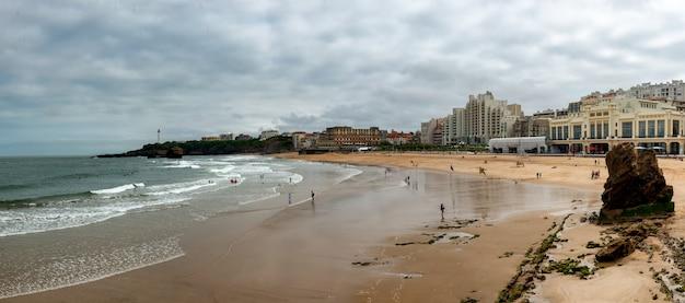 Fale oceanu na plaży biarritz