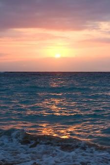 Fale oceanu na wschód słońca