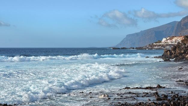 Fale oceanu na wybrzeżu teneryfy.