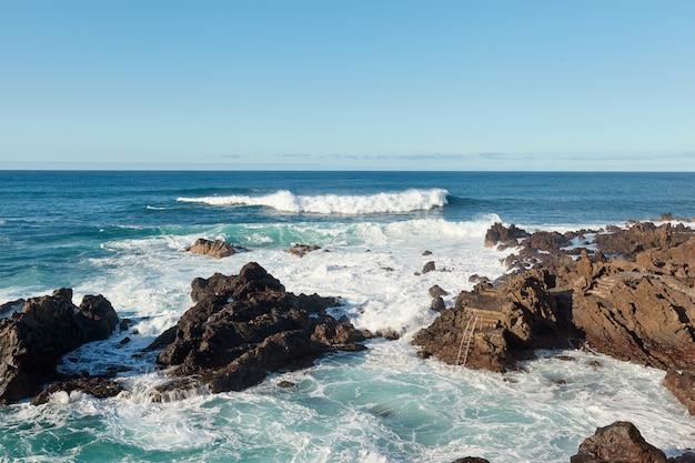 Fale oceanu na wybrzeżu wyspy kanaryjskiej.