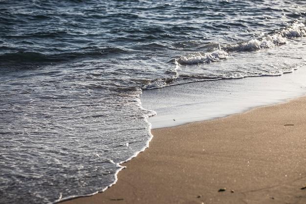Fale oceanu uderzające o plażę
