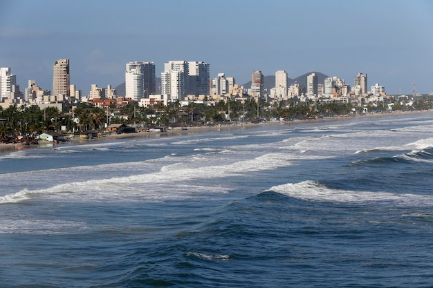 Fale rozbijające się na plaży w guaruja, sao paulo, brazylia
