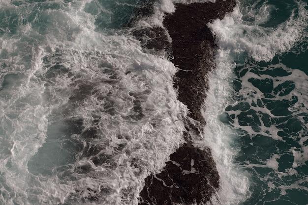Fale rozbijające się o morze