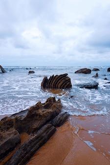 Faleza, skały i morze na wybrzeżu w bilbao hiszpania, podróży miejsce przeznaczenia