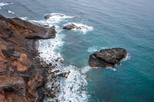 Falezy i oceanu widok z lotu ptaka w santo antao wyspie, przylądek verde