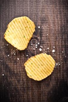 Faliste chipsy ziemniaczane i sól