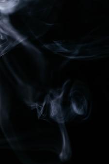 Falisty dym na czarnym tle