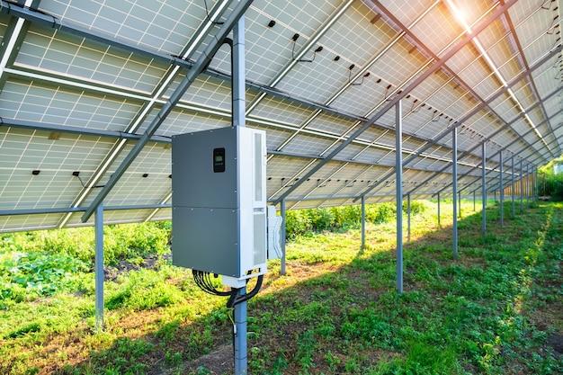Falownik do paneli słonecznych pod baldachimem na podwórku wykonany dla elektrowni słonecznej