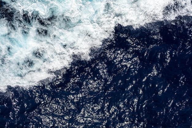 Falowy oceanu lub wody morskiej tło. błękitna woda morska w spokoju.