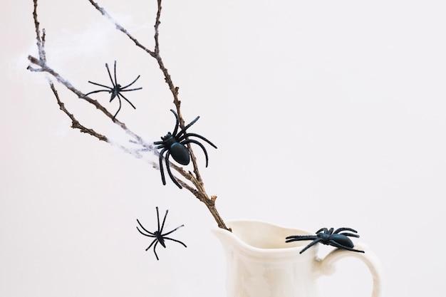 Fałszywe pająki na gałęzi