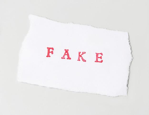 Fałszywe słowo napisane na rozdartym papierze