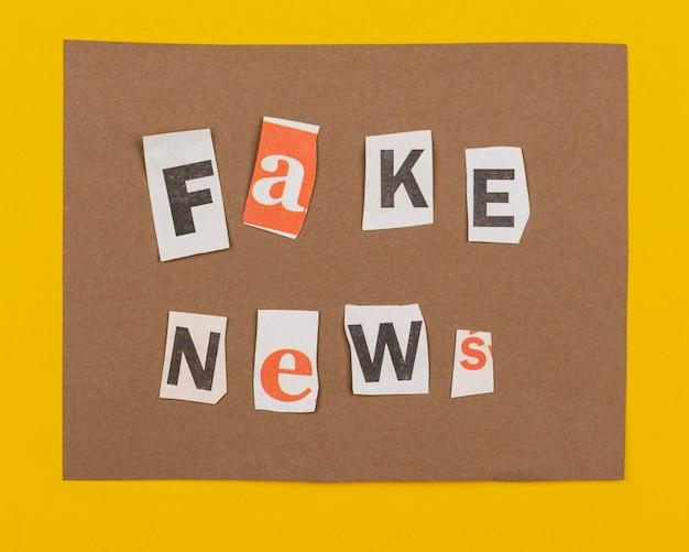 Fałszywe wiadomości z płasko ułożonymi kawałkami papieru