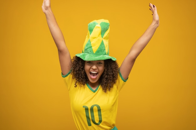 Fan brazylijskiej kobiety świętuje na piłkę nożną