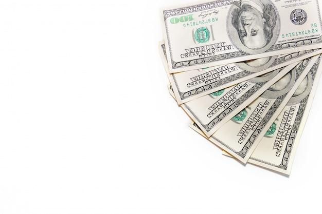 Fan pieniędzy. stos dolarów samodzielnie na białym backround. pakiet stu dolarowych.