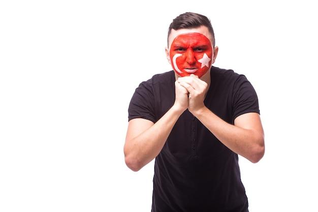 Fan piłki nożnej młody człowiek tunezja z módlcie się gestem na białym tle na białej ścianie