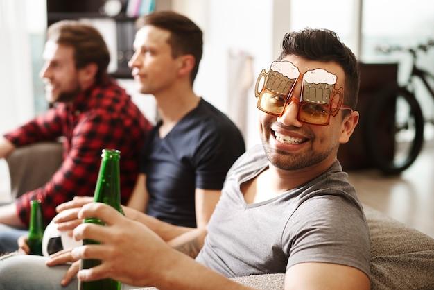 Fan piłki nożnej w śmiesznych okularach