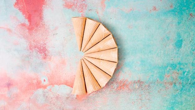 Fan-shaped puste rogi gofra na kolorowe tło