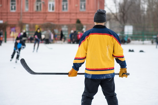 Fani hokeja zebrali się na stadionie, aby zagrać