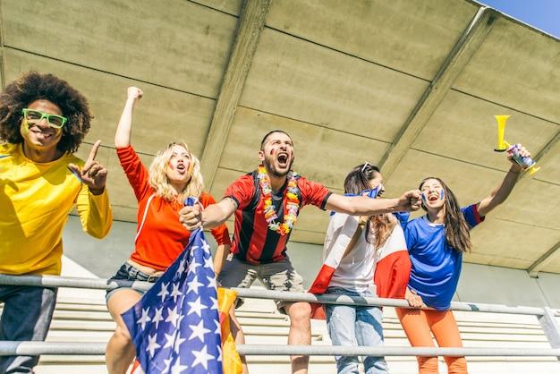 Fani imprezujący na arenie piłkarskiej