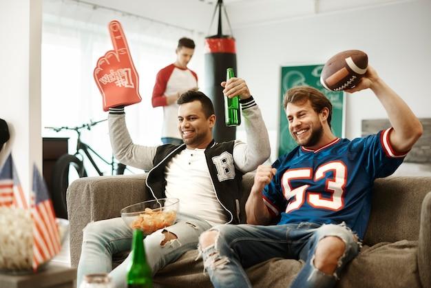 Fani piłki nożnej dopingują swoją drużynę sportową