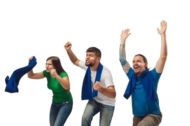 Fani piłki nożnej kobiet i mężczyzn dopingują ulubioną drużynę sportową z jasnymi emocjami na białym tle