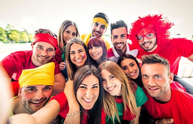 Fani piłki nożnej przy selfie na stadionie