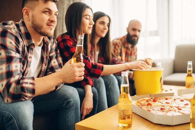 Fani piłki nożnej są zdenerwowani utratą ulubionej drużyny. grupa ludzi oglądających programy telewizyjne w domu, decydujący mecz