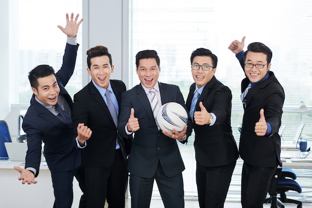Fani piłki nożnej w biurze open plan