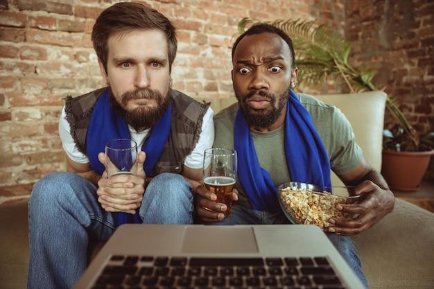 Fani piłki nożnej w domu, sportu. oglądanie strumienia