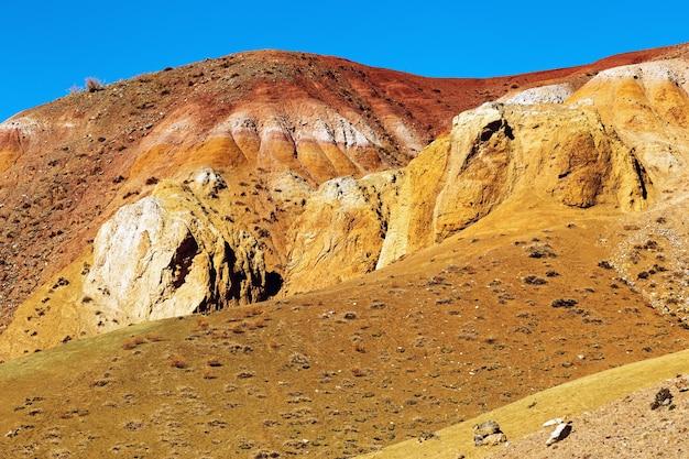 Fantastyczne czerwone góry z jasnymi przejściami kolorów i błękitnym, czystym niebem w ałtaju w rosji