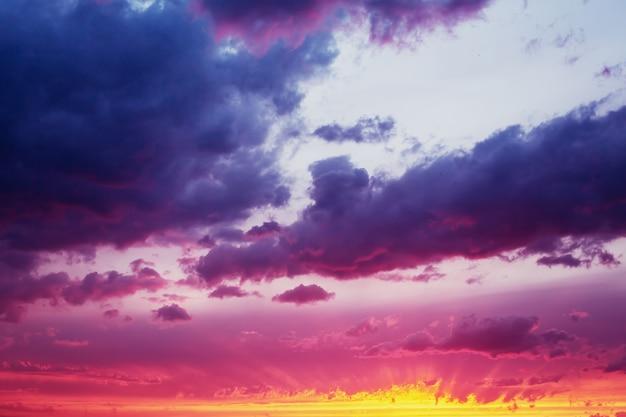 Fantastyczne dramatyczne niebo słońca