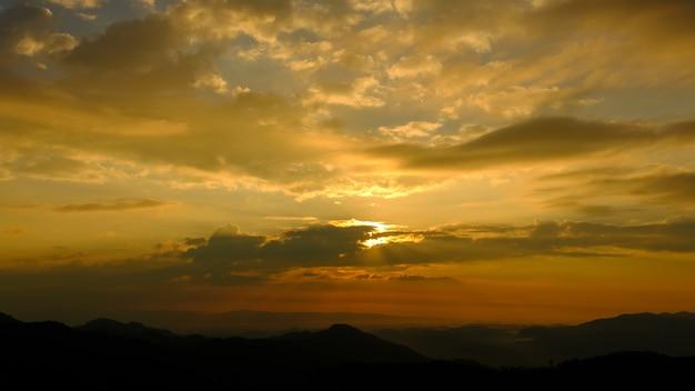 Fantastyczne góry lśniące słońcem. ciemne zachmurzone niebo wieczorem dramatyczna i malownicza scena. lokalizacja chiang rai tajlandia świat piękna. ciepły efekt tonizujący.