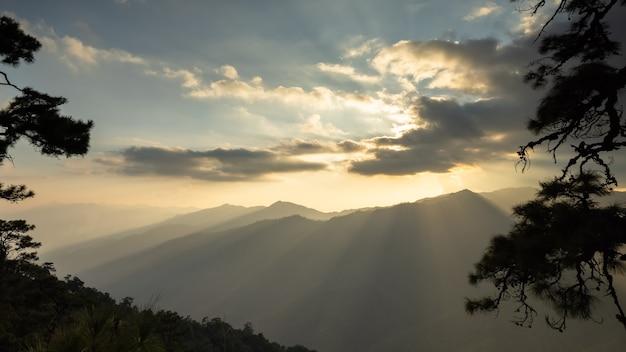 Fantastyczne góry lśniące w słońcu wieczorem scena dramatyczna i malownicza. lokalizacja chiang rai tajlandia świat piękna. ciepły efekt tonizujący.