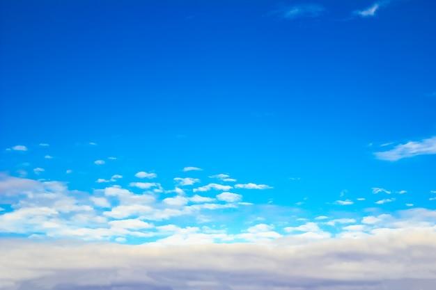 Fantastyczne, miękkie, białe chmury na tle błękitnego nieba