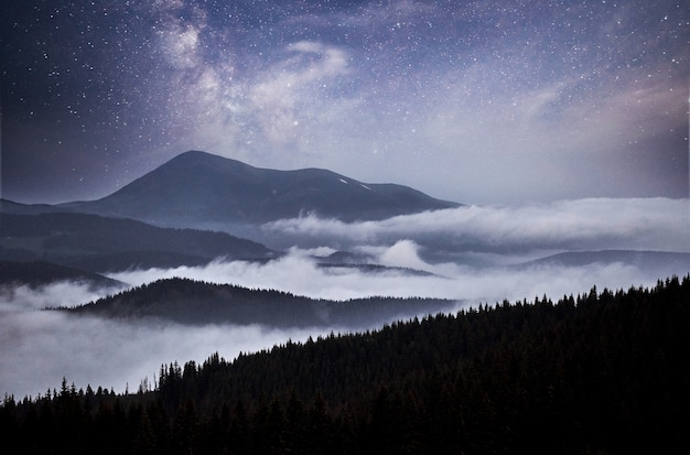Fantastyczne stosy rozgwieżdżonego nieba i tradycyjne górskie wioski. karpaty ukraina.