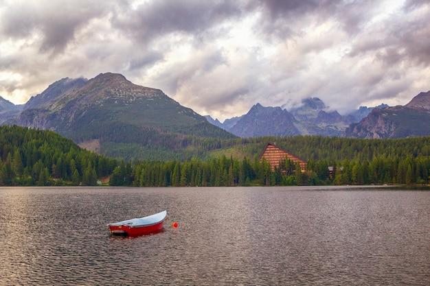 Fantastyczne szczyrbskie jezioro wysokie tatry. słowacja europa hotel patria.
