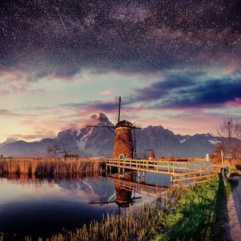 Fantastyczne tatry wysokie szczyrbskie pleso. holenderski młyn nocą.