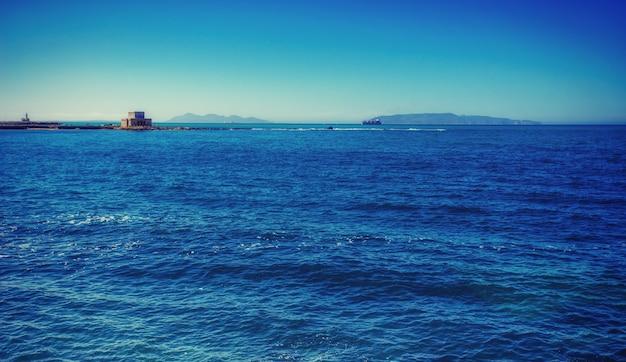 Fantastyczne widoki na błękitne morze i horyzont nieba