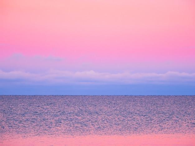 Fantastyczny arktyczny fioletowy wieczór minimalistyczny krajobraz morski