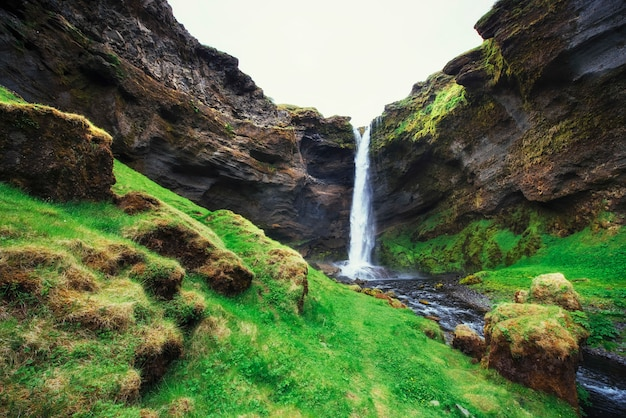 Fantastyczny krajobraz gór i wodospadów na islandii