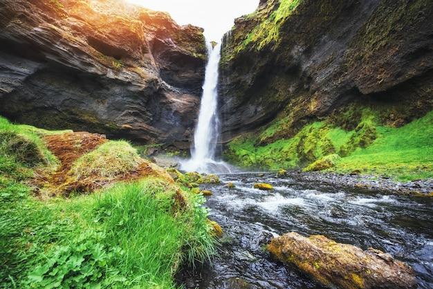 Fantastyczny krajobraz gór i wodospadów na islandii.