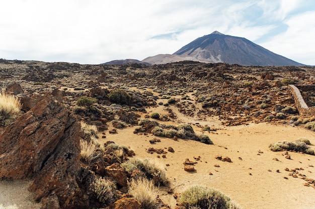 Fantastyczny krajobraz i widok na stratowulkan teide w hiszpanii, wyspy kanaryjskie.