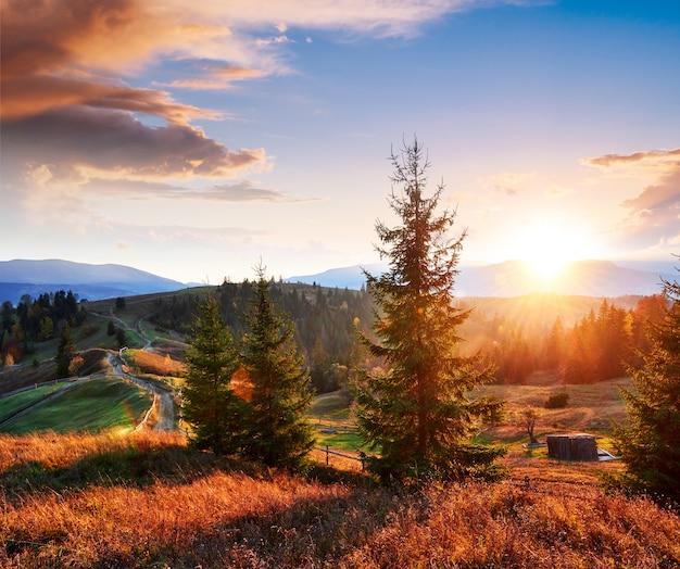 Fantastyczny krajobraz porannej wsi. kolorowe niebo. karpackie, ukraina, europa.