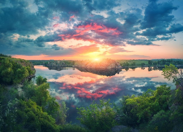 Fantastyczny letni krajobraz z jeziorem