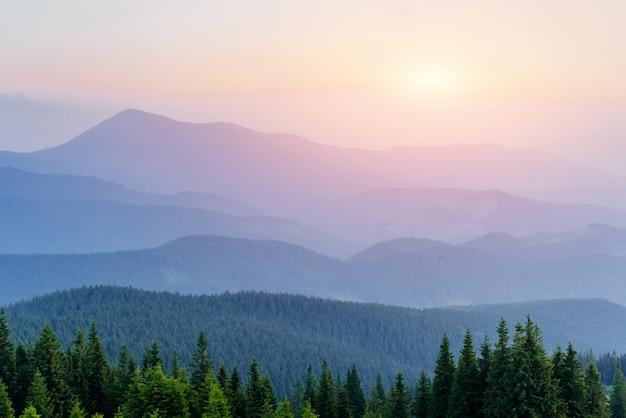 Fantastyczny mglisty dzień i jasne wzgórza w słońcu.
