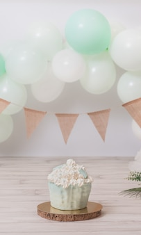 Fantastyczny tort w kolorze mięty na urodziny dziewczynki lub chłopca sesja zdjęciowa pierwszego roku vertical