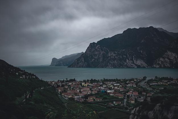 Fantastyczny widok na dramatyczne jezioro garda